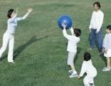 Familie spielt Ball