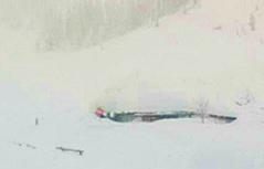Hütten bis zu Dachkanten zugeschneit