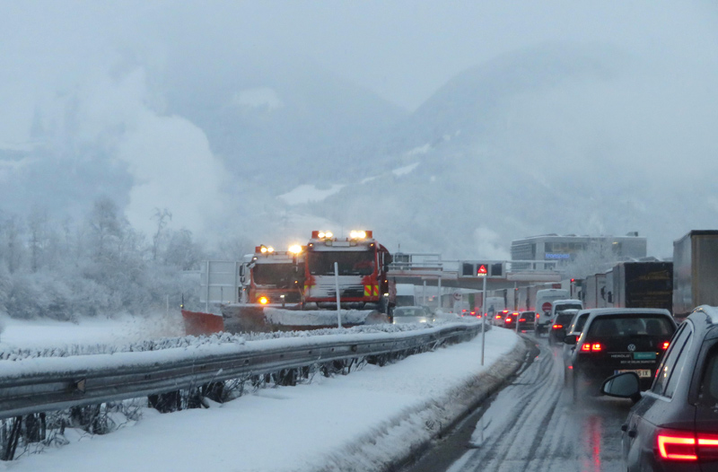 Stau und Schneeräumung auf der Inntalautobahn bei Wörgl
