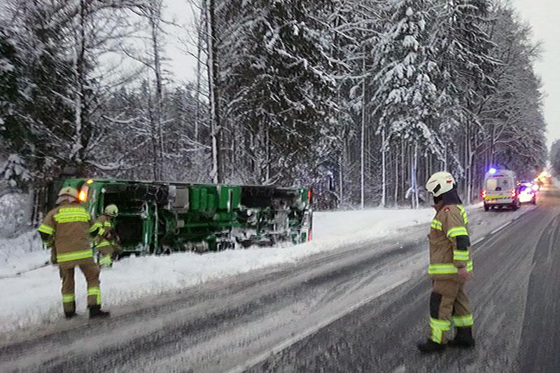 Feuerwehrleute mit umgestürztem Sattelschlepper
