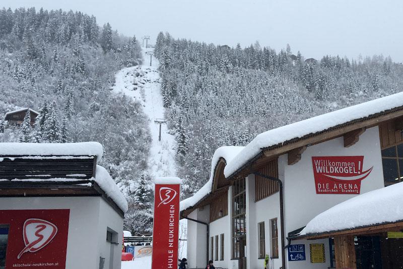 Talstation der Wildkogelbahn in Neukirchen am Großvenediger bei Schnee und Wolken