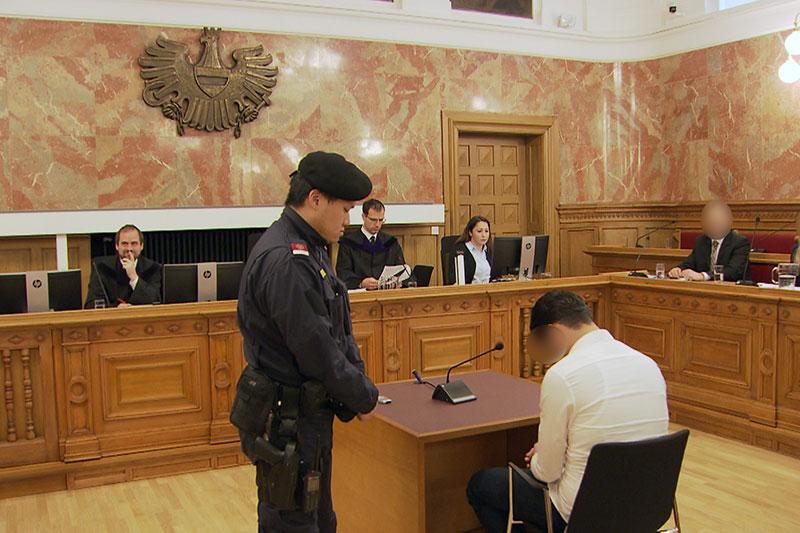 Angeklagter im großen Schwurgerichtssaal des Salzburger Landesgerichts bei Geschworenenprozess