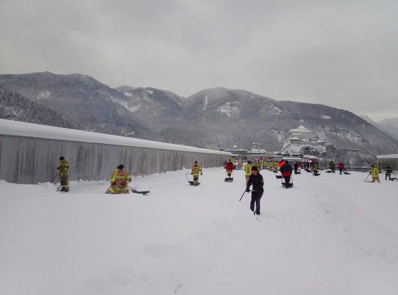 Eishalle Kufstein vom Schnee befreit