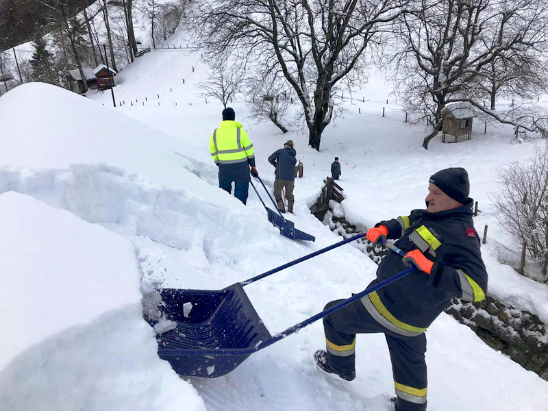 Schnee wird von Dach geräumt
