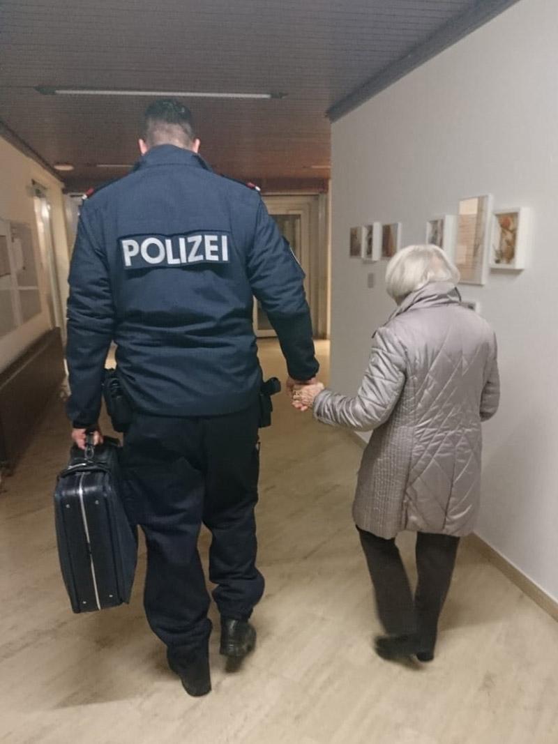 Seniorin und Polizist