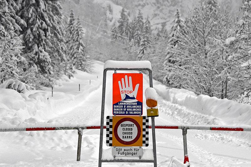 Lawinensperre der tief verschneiten Katschbergstraße (B99) bei Untertauern in Richtung Obertauern