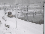Gesperrte verschneite Bahnstrecke mit Erhaltungslokomotive
