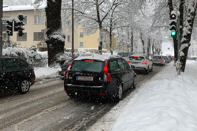 Stau auf verschneiter Straße in der Stadt Salzburg