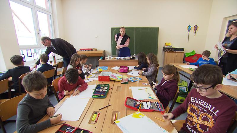 Kinder arbeiten an Broschüre