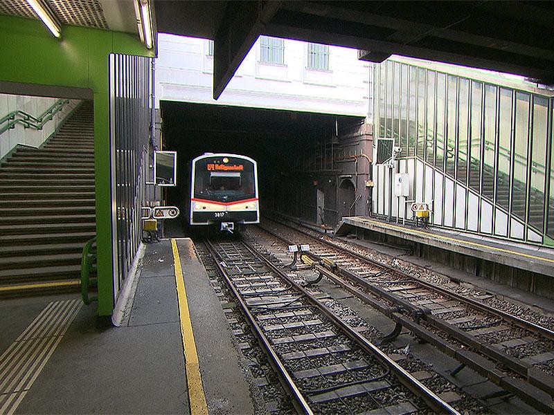 U-Bahn fährt in Station Margaretengürtel ein
