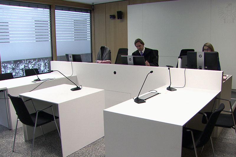 Verhandlungssaal im Landesgericht Salzburg mit Richter, aber ohne Angeklagten