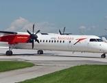 Dash Turboprop Flugzeug der Austrian Airlines (AUA) auf dem Salzburger Flughafen