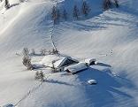 Die tief verschneite Mitterfeldalm am Hochkönig aus der Luft