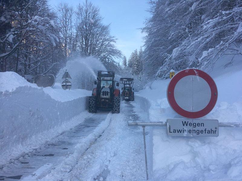 Schild: Lawinengefahr und Schneepflug