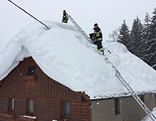 Feuerwehr schaufelt Dächer frei