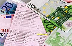Geldscheine und ein aufgeschlagenes Sparbuch