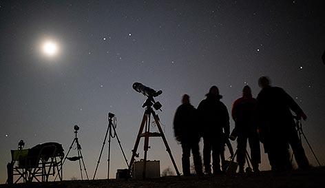 Menschen beobachten die Mondfinsternis auf der Winer Sophienalpe