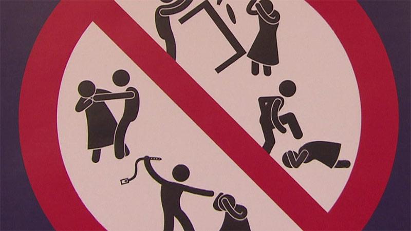 Schild Plakat Gewalt Frauen schlagen