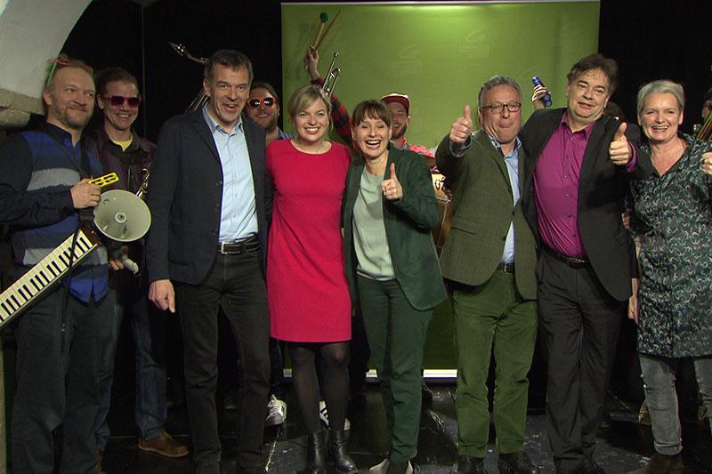 Jubel bei grünen Spitzenleuten bei Gemeindewahlkampfauftakt im Foyer des Schauspielhauses Salzburg