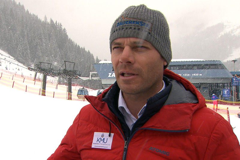Michael Walchhofer bei Schneefall am Pistenrand bei Lifttalstation in Zauchensee