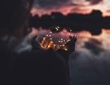 Lichter-Herz in den Händen