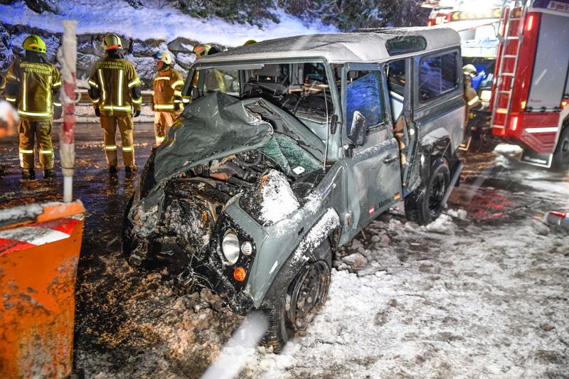Geländewagen nach Zusammenstoß mit Schneepflug