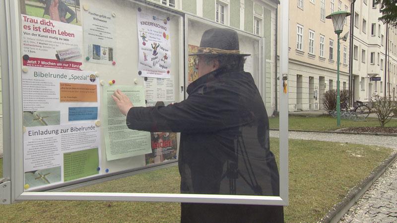 Pfarrer von Traun hängt Flugblatt auf