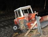 Mit Traktor auf Bahngleis gestürzt