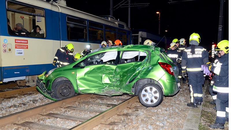 13.02.19 PKW von Badner Bahn erfasst Traiskirchen-Möllersdorf