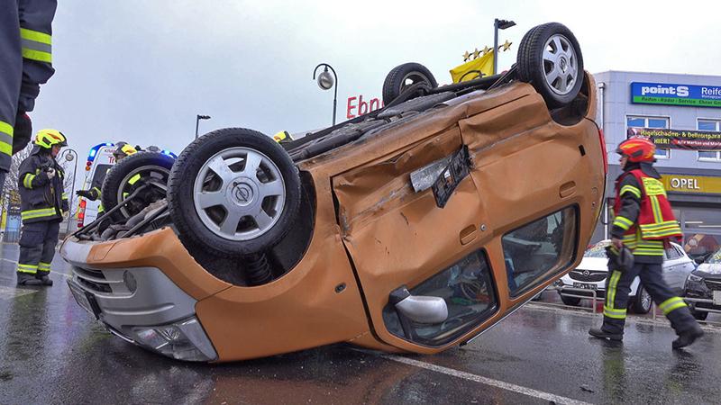 13.02.2019 Zusammenstoß von zwei PKW Traiskirchen Auto auf Dach