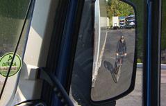 Radfahrer in LKW-Rückspiegel