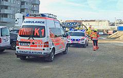 Rettungsfahrzeuge neben Baustelle