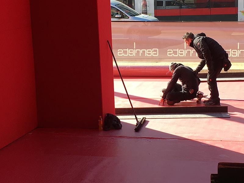Arbeiten am Red Carpet für den Opernball: Zum Einsatz kam auch ein Skateboard
