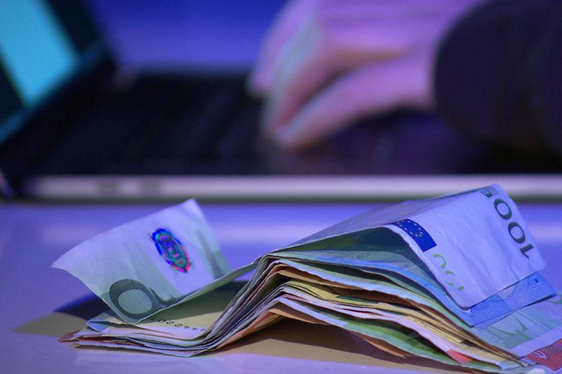 Hand Geld neutral Darknet