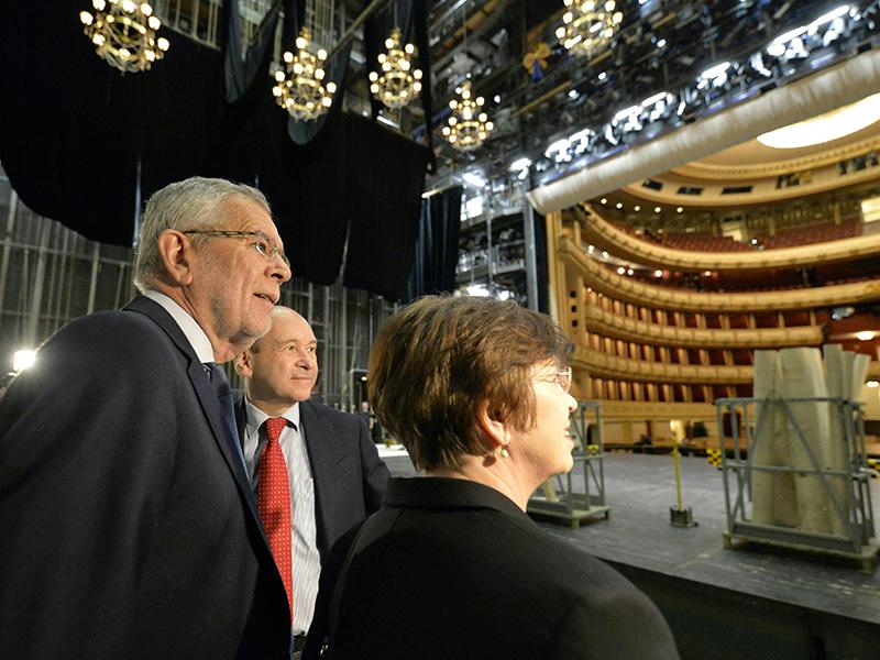 Bundespräsident Alexander Van der Bellen, Operndirektor Dominique Meyer und Doris Schmidauer während der Aufbauarbeiten für den Opernball 2019