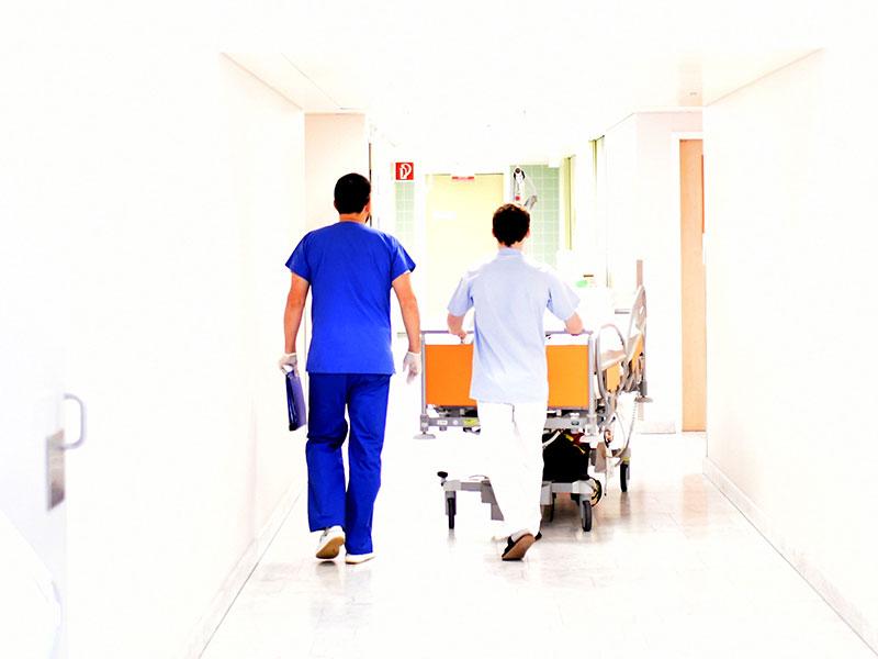 Krankenpfleger und Arzt