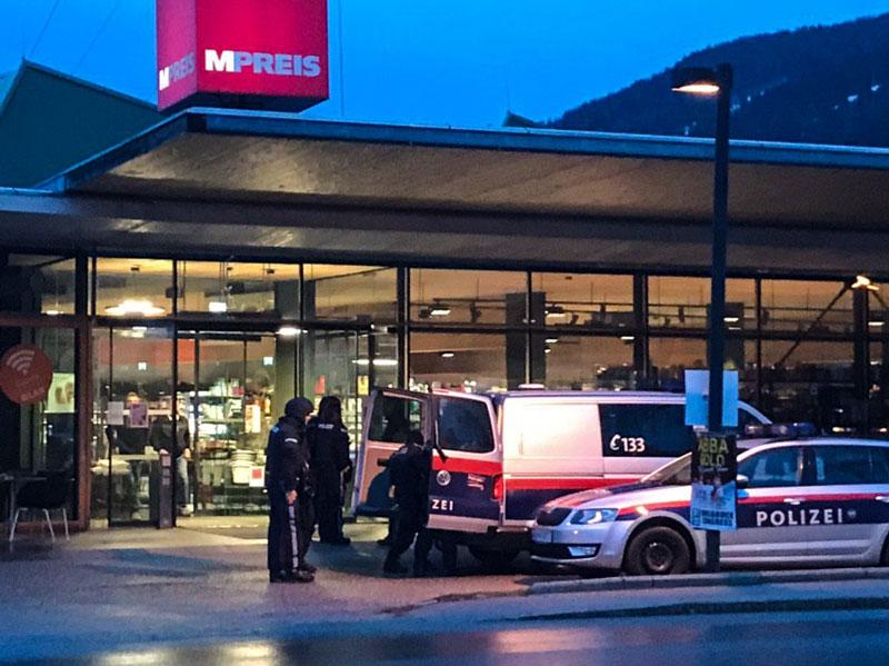 Polizei vor einem Supermarkt, M-Preis
