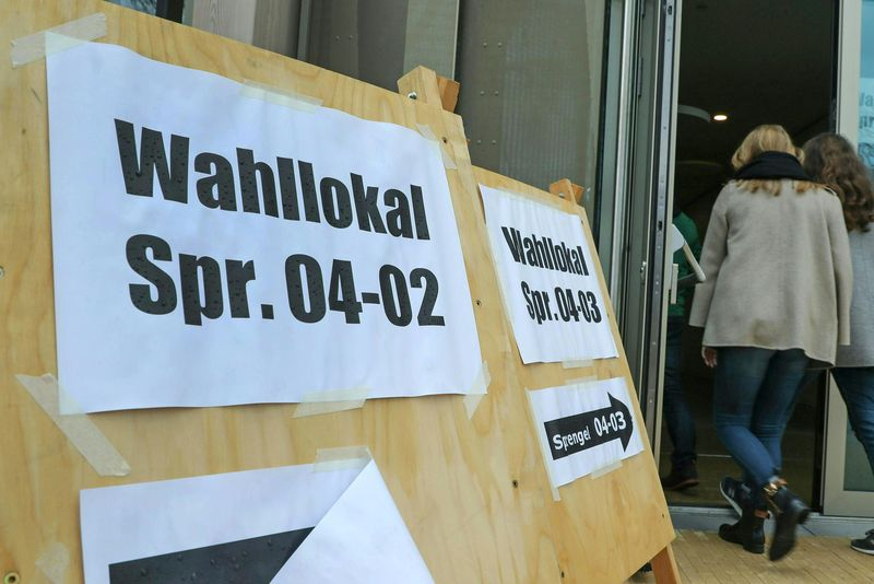 Hinweisschilder zu Wahllokal in der Stadt Salzburg