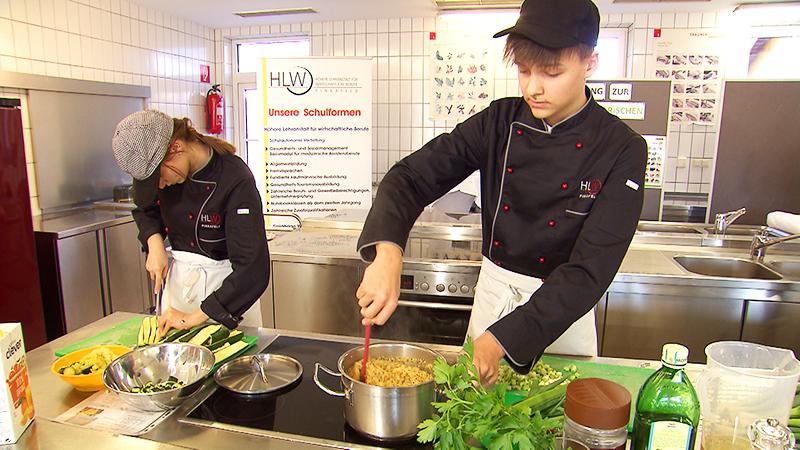 Schüler kochen vegetarisch