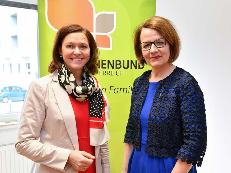 Vorsitzende des NÖ Familienbundes Doris Schmidl (l.) mit Familienlandesrätin Christiane Teschl-Hofmeister bei der Präsentation der Studie