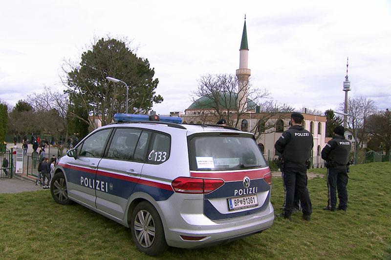 Polizisten nahe des Islamischen Zentrums Wien