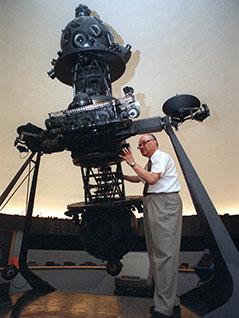Mucke  mit dem Projektor des Wiener Planetariums, aufgenommen am 06. August 1999