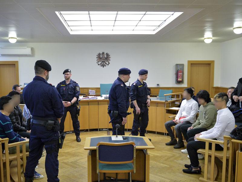 Angeklagte und Justizwachebeamten im Gerichtssaal