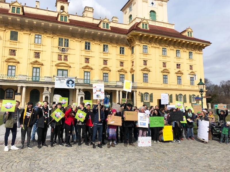 Schüler-Demo für den Klimaschutz vor dem Schloss Esterhazy in Eisenstadt