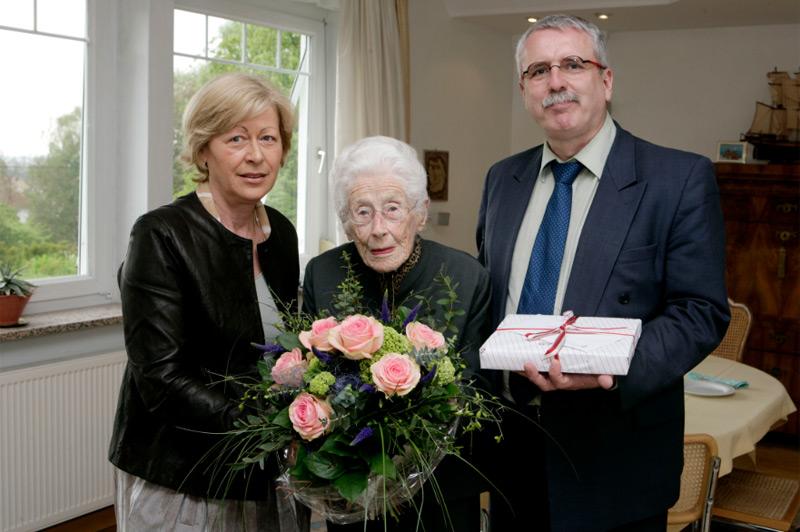 2008 gratulierten Landtagspräsidentin Angela Orthner, Vorsitzende des Kulturvereines Heinrich-Gleißner-Haus  und Alfred Pittertschatscher, Vorsitzender des Künstlerischen Beirats zum 96. Geburtstag