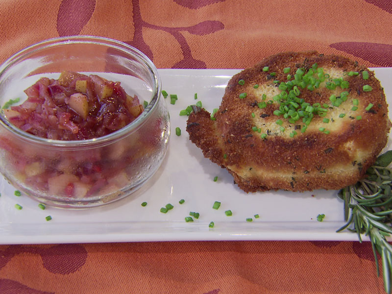 Camembert mit Kräuterkruste und Birnenchutney