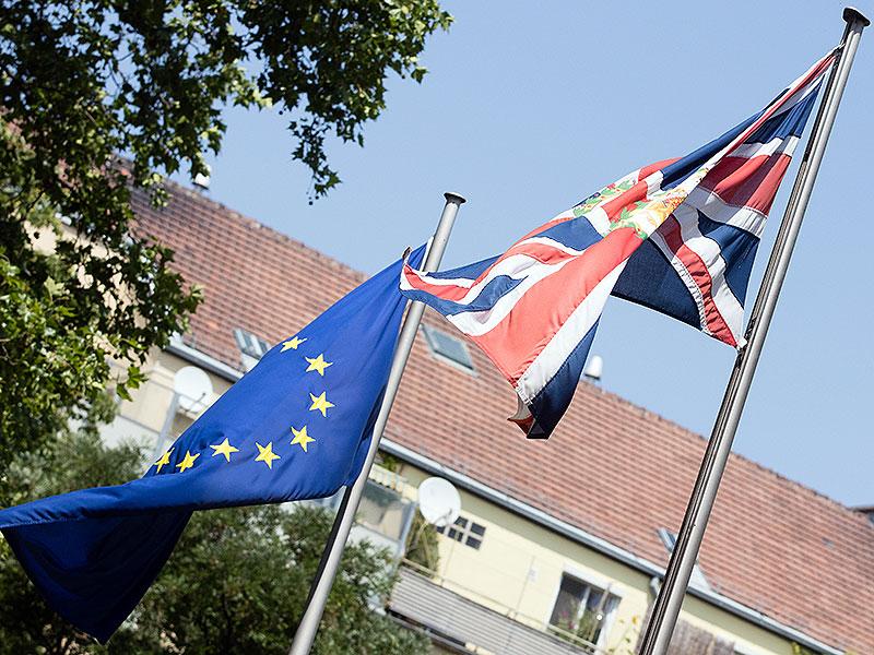 EU-Fahne und britische Fahne