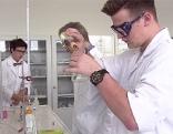 Schüler Chemie Labor Schule HTL Experiment