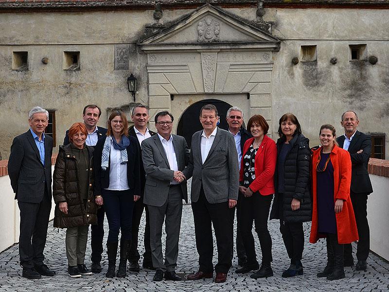 Der neue und der alte Präsident inmitten der Vorstandsmitglieder und der ordentlichen Mitglieder des ASPR.