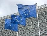 EU-Flaggen vor dem Gebäude der EU-Kommission in Brüssel